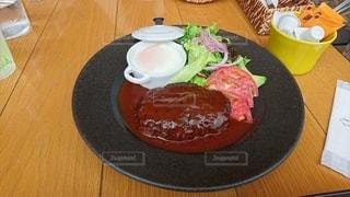 食べ物の皿をテーブルの上に置くの写真・画像素材[3530482]