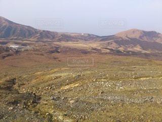 背景に山がある大地の写真・画像素材[3530512]