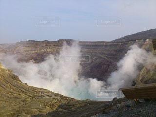 煙が出ている山の写真・画像素材[3530513]