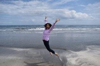 浜辺に立っている人の写真・画像素材[3527783]