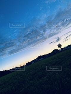 草の丘の近くの写真・画像素材[3527649]