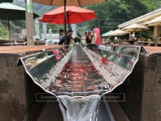 テーブルの上に座っている傘の写真・画像素材[3528779]