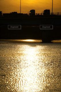 夕日,橋,屋外,湖,太陽,夕焼け,夕暮れ,車,川,水面,反射,明るい