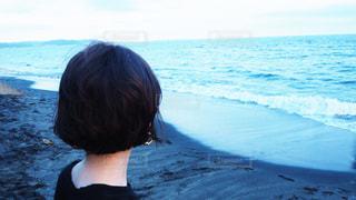 水の体の隣に立っている人の写真・画像素材[3535479]