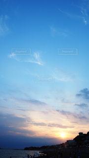 水の体に沈む夕日の写真・画像素材[3535475]