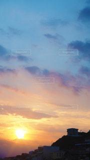 水の体に沈む夕日の写真・画像素材[3551689]