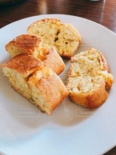 ふわふわの手作りパウンドケーキの写真・画像素材[4921147]