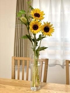 テーブルの上に花の花瓶の写真・画像素材[3534271]