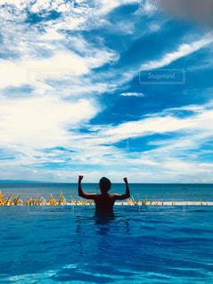 空,屋外,プール,青,水面,泳ぐ,真夏,ギラギラ