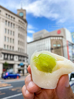 銀座食べ歩き シャインマスカット大福の写真・画像素材[3676216]