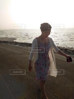 海辺を眼鏡と散歩の写真・画像素材[3671983]