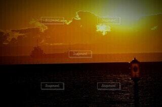 風景,海,屋外,太陽,朝日,雲,ボート,船,水面,正月,お正月,日の出,新年,初日の出,コンテナ船
