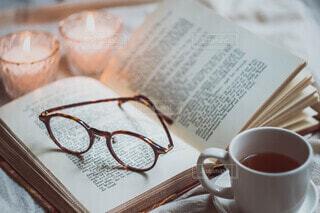 メガネとキャンドルと紅茶の写真・画像素材[3701430]