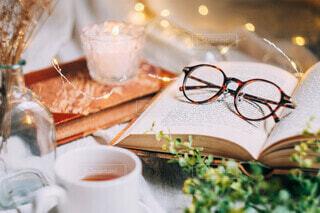 紅葉とメガネと洋書のある休日の写真・画像素材[3701431]
