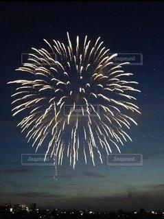 夕暮れの花火の写真・画像素材[3551261]