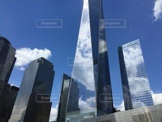 空の映るビルの写真・画像素材[3552836]
