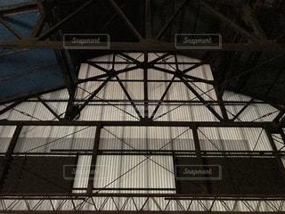金属製のケージを持つ大きな建物の写真・画像素材[3583229]