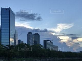 風雲と高層ビルの写真・画像素材[3608877]