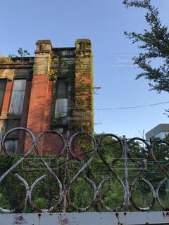 赤いレンガ造りの廃墟の写真・画像素材[3618956]