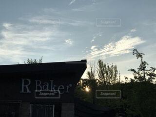 夜明け前のパン屋の写真・画像素材[3627991]