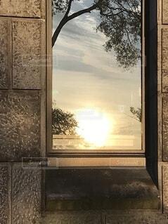 泰西名画みたいなビルの窓の写真・画像素材[3627987]