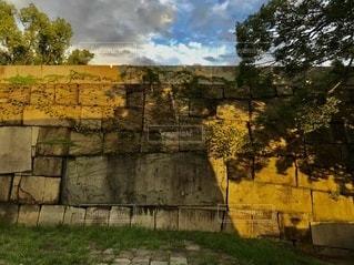 城壁と樹木と影の写真・画像素材[3635198]