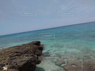 海の隣の岩場の写真・画像素材[3562526]