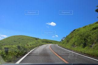 背景に山がある高速道路の写真・画像素材[3563070]