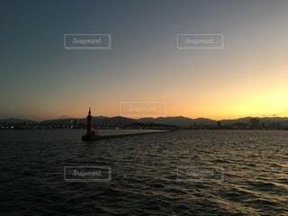 水の体に乗ったボートの写真・画像素材[3563375]
