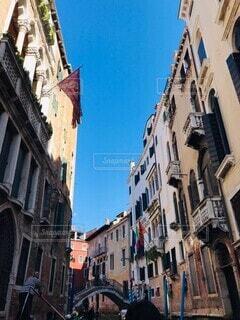 高い建物がある狭い街の通りの写真・画像素材[3622262]