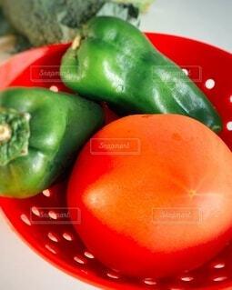 食べ物,鮮やか,トマト,野菜,食品,ブロッコリー,ピーマン,食材,フレッシュ,ベジタブル,赤い陶器のザル