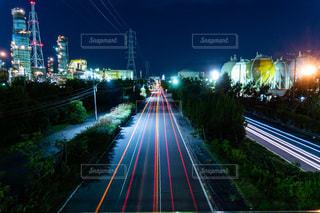 夜の臨海地域の光跡の写真・画像素材[3639169]