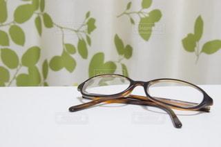 テーブルの上のメガネの写真・画像素材[3642406]