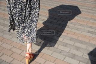 歩道に立っている人の写真・画像素材[3685776]