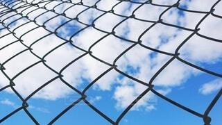 フェンス越しの空の写真・画像素材[3810958]