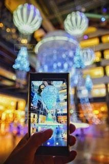 秋,冬,夜,屋内,かわいい,きれい,綺麗,手,気球,デートスポット,スマホ,撮影,光,美しい,イルミネーション,人,キラキラ,クリスマス,写真,ツリー,スマートフォン,デート,クリスマスツリー,グランフロント,縦,ケータイ,グランフロント大阪,グランフロントクリスマス,Grand Wish Christmas 2020,ナレッジキャピタル