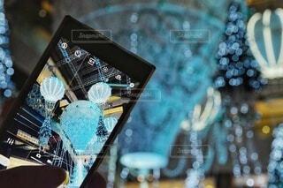 秋,冬,夜,屋内,かわいい,きれい,綺麗,青,手,気球,水色,デートスポット,スマホ,撮影,光,美しい,イルミネーション,人,キラキラ,クリスマス,写真,ツリー,スマートフォン,デート,クリスマスツリー,グランフロント,ケータイ,グランフロント大阪,グランフロントクリスマス,Grand Wish Christmas 2020,ナレッジキャピタル