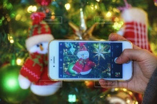 クリスマスツリーをスマホで撮影の写真・画像素材[3997113]