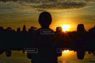 女性,風景,絶景,海外,朝日,後ろ姿,アジア,景色,女,シルエット,観光,人,外国,旅行,正月,お正月,日の出,カンボジア,新年,初日の出,アンコール・ワット