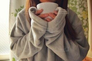 ルームウェアを着てホットドリンクを飲む女性の写真・画像素材[4138915]