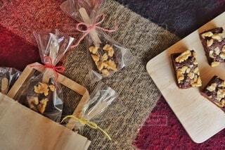 木製のボードに乗っているチョコレートブラウニーの写真・画像素材[4142452]
