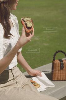 手持ち,ピクニック,人物,サンドイッチ,ポートレート,パン屋さん,ライフスタイル,手元,タルティーヌ,手持ちフォト