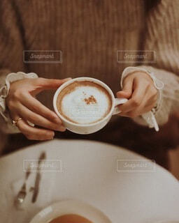 食べ物,秋,冬,コーヒー,手持ち,人物,マグカップ,カプチーノ,紅茶,ポートレート,カフェオレ,ドリンク,ラテ,ライフスタイル,手元,マキアート,コーヒー カップ