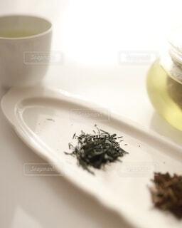 お皿の上の緑茶とほうじ茶の写真・画像素材[4116168]