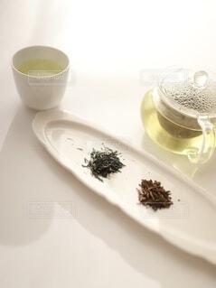 お皿の上の緑茶とほうじ茶の写真・画像素材[4116169]