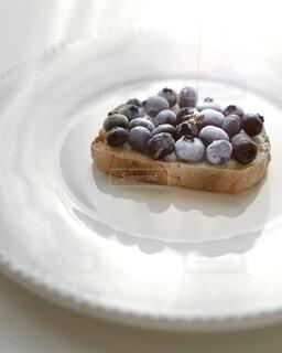 皿の上のブルーベリー蜂蜜トーストの写真・画像素材[4116172]