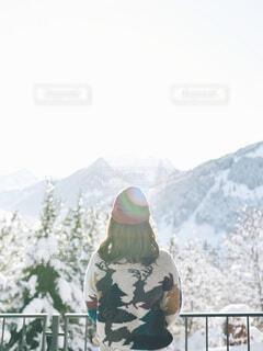 雪山を眺めるニット帽をかぶった女性の写真・画像素材[4122046]