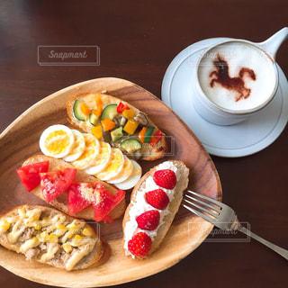 テーブルの上に食べ物のプレートの写真・画像素材[770610]