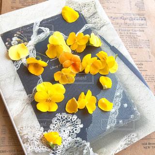 テーブルの上に座って花の花瓶の写真・画像素材[770639]