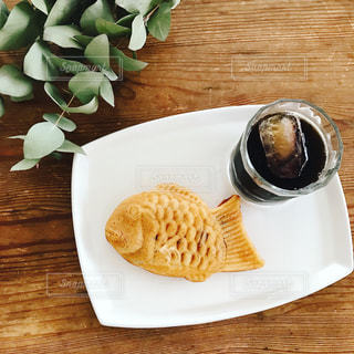 木製のテーブルの上に食べ物のプレートの写真・画像素材[800718]
